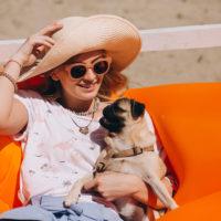 Pug representa cães no verão