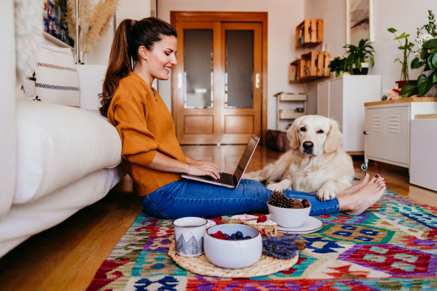 trabalhando em casa com o cão